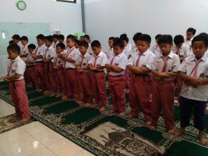 Shalat Zhuhur Berjama'ah (1)